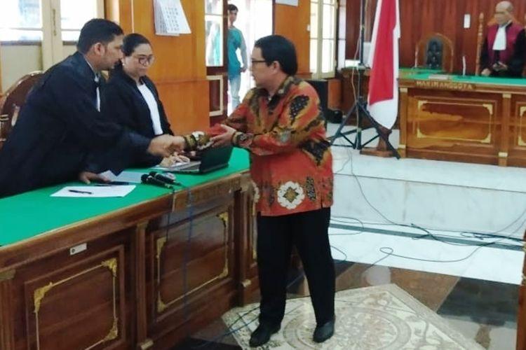 Terbukti menerima suap, Bupati Labuhanbatu Pangonal Harahap divonis majelis hakim Pengadilan Tipikor pada PN Medan dengan hukuman tujuh tahun penjara dan dicabut hak pilihnya selama tiga tahun, Kamis (4/4/2019)