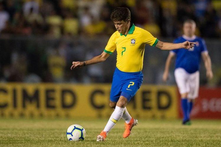 Penyerang legendaris Timnas Brasil, Bebeto, beraksi pada laga tanding ulang final Piala Dunia 1994 kontra Italia di Fortaleza, Brasil, pada 9 Januari 2020.