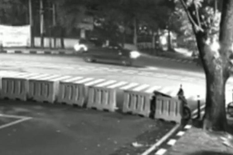 Seorang pengemudi Toyota Fortuner melepaskan tembakan ke udara di Jalan Prof. Joko Sutono dekat Komplek Pati Polri, Melawai, Kebayoran Baru, Jakarta Selatan pada Sabtu (19/6/2021) malam.