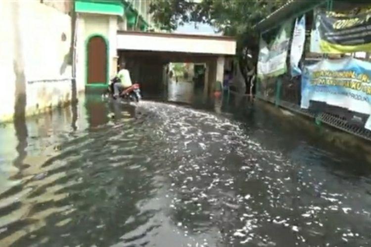 Kondisi air banjir yang menghitam hingga berbau di Dukuh Tanggulangin, Desa Jati Wetan, Kecamatan Jati, Kabupaten Kudus, Jawa Tengah, Kamis (5/2/2021).