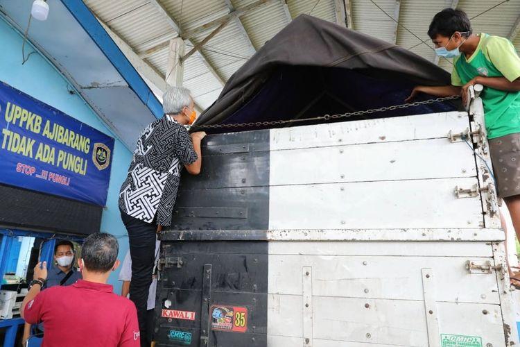 Gubernur Jawa Tengah, Ganjar Pranowo memanjat truk saat pengecekan di posko penyekatan pemudik Jembatan Timbang Ajibarang, Banyumas, Jumat (7/5/2021).