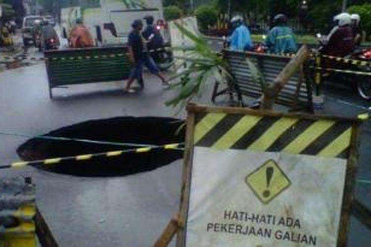 Lubang berdiameter lebih kurang 1,5 meter dengan kedalaman dua meter mendadak muncul di Jalan Kenari atau utara kantor Balaikota Yogyakarta.