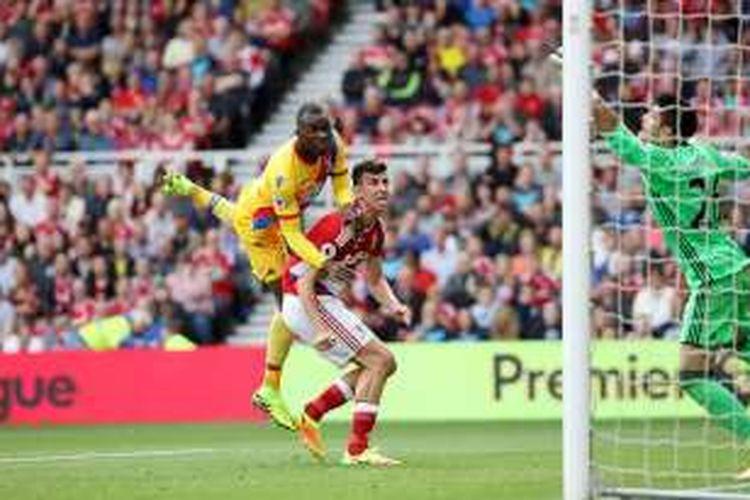 Christian Benteke mencetak gol tandukan untuk Crystal Palace ke gawang Middlesbrough pada lanjutan Premier League di Stadion Riverside, Sabtu (10/9/2016).