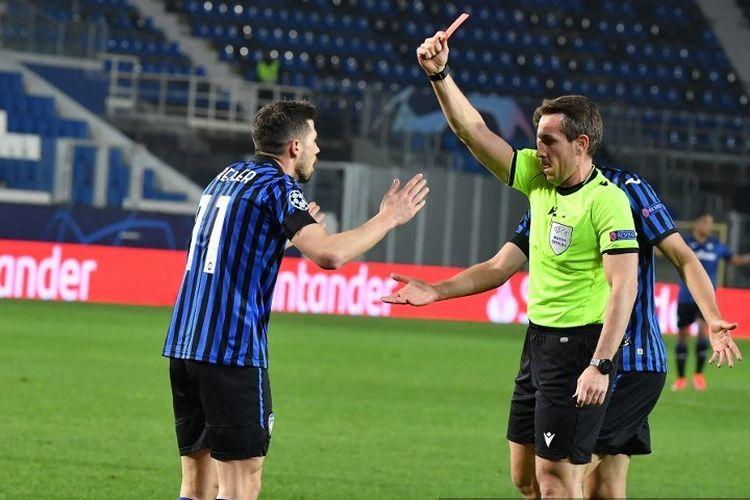 Gelandang Atalanta, Remo Freuler, diganjar kartu merah pada menit ke-17 partai Atalanta vs Real Madrid pada leg pertama babak 16 besar Liga Champions, Kamis (25/2/2021) dini hari WIB