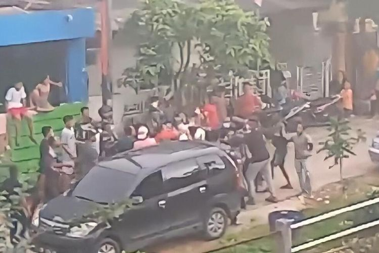 Dari rekaman CCTV, terlihat dua petugas Kantor Pelayanan Utama (KPU) Bea dan Cukai Tipe B Batam, dianiaya oleh sekelompok massa saat akan menindak lokasi penyimpanan rokok illegal yang berada di Perumahan Villa Hang Lekir, Legenda, Batam, Kepulauan Riau (Kepri).