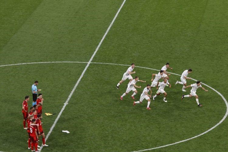 Spanyol merayakan keberhasilan lolos ke semifinal Euro 2020 setelah menyingkirkan Swiss lewat drama adu penalti di Stadion Saint Petersburg, Jumat (2/7/2021).
