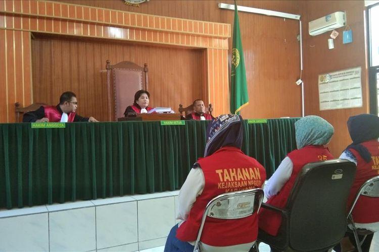 Tiga emak-emak PEPES Karawang tengah menjalani sidang tuntutan di Pengadilan Negeri Karawang, Senin (26/7/2019).