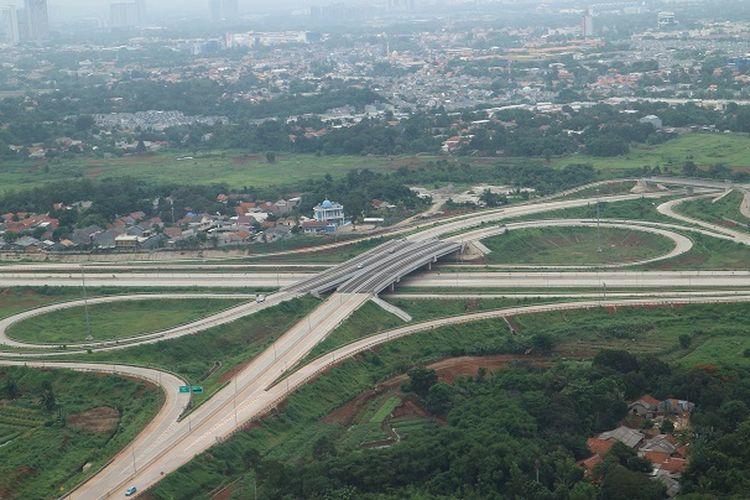 Suasana jalan tol di Tangerang Selatan terlihat dari ketinggian Helicity, Selasa (31/12/2019).