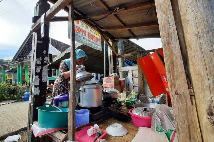 Warga di RT 8 RW 1 Desa Majangtengah, Kecamatan Dampit, Kabupaten Malang masak di pos dan tenda darurat untuk sambut Ramadhan karena terdampak gempa, Senin (12/4/2021).