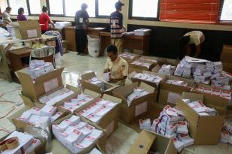 Petugas melipat surat suara Pemilu 2014 di Kantor Komisi Pemilihan Umum Kota Jakarta Selatan, Selasa (11/3/2014). Surat suara yang terdiri dari DPR, DPRD, dan DPD ini akan didistribusikan ke sepuluh Panitia Pemilihan Kecamatan di Jakarta Selatan. KOMPAS IMAGES/KRISTIANTO PURNOMO