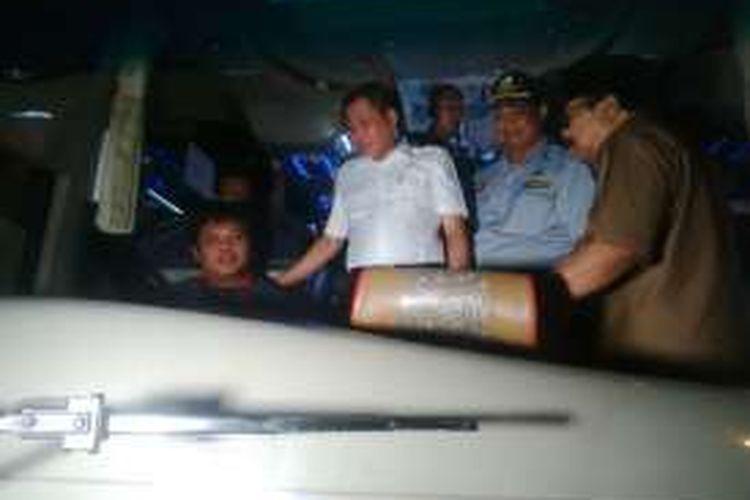 Menteri Perhubungan Ignatius Jonan (tengah) melakukan inspeksi mendadak dan menegur seorang sopir bus yang tidak menggunakan sabuk pengaman dengan benar di Terminal Purabaya Surabaya, Senin (11/7/2016) malam.