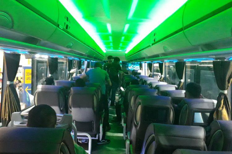 Lantai atas dari bus tingkat dengan fasilitas bak pesawat rakitan Laksana yang dipamerkan di GIIAS 2018.