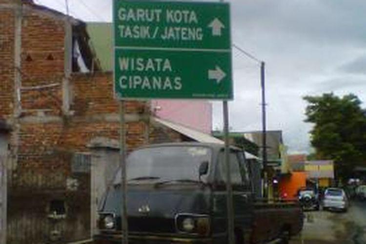 Salah satu papan penunjuk arah menuju ke kawasan wisata Cipanas, Garut, Jawa Barat.
