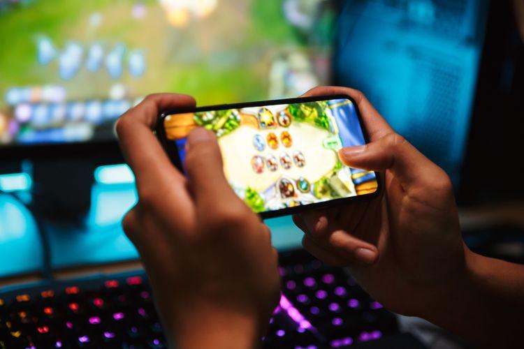Ilustrasi bermain mobile game dengan smartphone