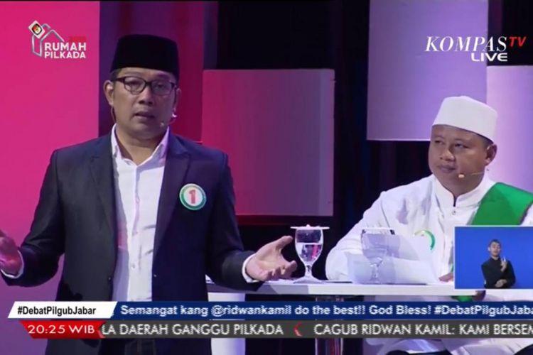 Pasangan calon gubernur dan wakil gubernur Jawa Barat Ridwan Kamil dan Uu Ruzhanul Ulum dalam debat publik perdana Pilkada Jabar 2018, Senin (12/3/2018).