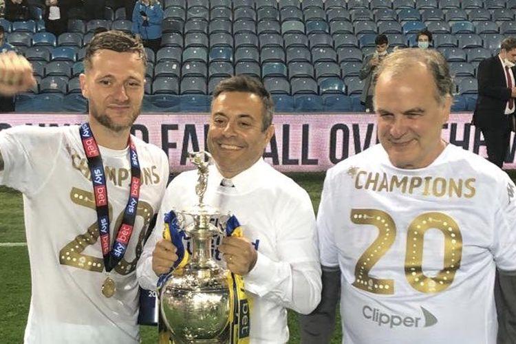 Dari kiri ke kanan: Kapten Leeds United, Liam Cooper; Pelatih Marcelo Bielsa; dan pemilik klub, Andrea Radrizzani,  berpose dengan trofi Divisi Championship 2019-2020.