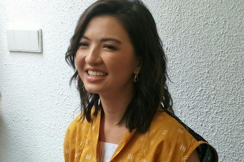 Foto Bareng Bong Joon Ho, Raline Shah Iseng Tukar Piala Oscar dengan Kipas