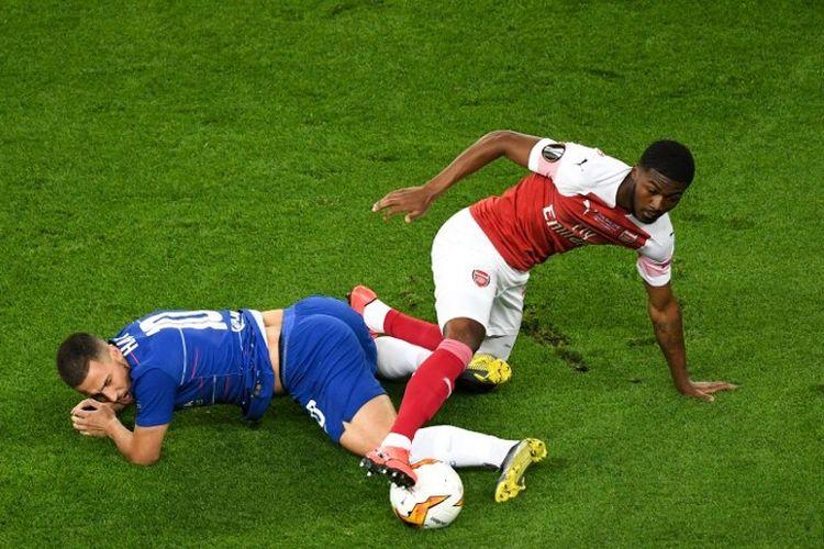 Ainsley Maitland-Niles mencoba merebut bola yang dikuasai Eden Hazard pada laga Chelsea vs Arsenal dalam final Liga Europa di Stadion Olimpiade Baku, Azerbaijan, 29 Mei 2019.