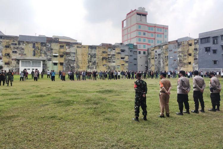 Polri-TNI kumpulkan RW dan Camat se-Jakarta Barat untuk imbau warga tetap di rumah dan tidak lawan perusuh demonstrasi. Hal tersebut dilaksanakan pada Senin (19/10/2020).
