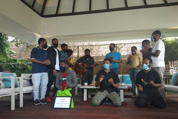 Gubernur Jawa Barat Ridwan Kamil memberikan bantuan berupa uang tunai Rp 25 juta serta sembako bagi para mahasiswa Papua di Jawa Barat.Penyeraha bantuan itu berlangsung di Gedung Pakuan, Kota Bandung, Senin (15/6/2020).
