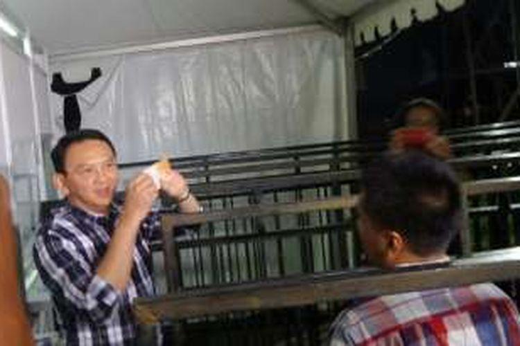 Gubernur DKI Jakarta Basuki Tjahaja Purnama membeli tiket untuk dapat masuk ke Teman Ahok Fair di Gudang Sarinah, Pancoran, Minggu (29/5/2016).