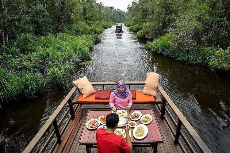 Wisatawan di kapal pesiar di Sungai Sekonyer kawasan Taman Nasional Tanjung Puting