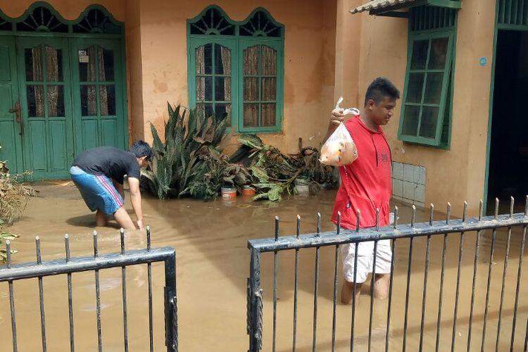 Surutnya banjir di kawasan Ciledug Indah 1, Kecamatan Ciledug, Kota Tangerang, Jumat (3/1/2020), dimanfaatkan warga setempat untuk berburu ikan.