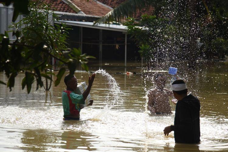 Wakil Ketua Komisi IV DPR RI Dedi Mulyadi memberikan nasi kotak kepada penyintas banjir di Desa Karangligar, Kecamatan Telukjambe Barat, Kabupaten Karawang, Kamis (27/2/2020).