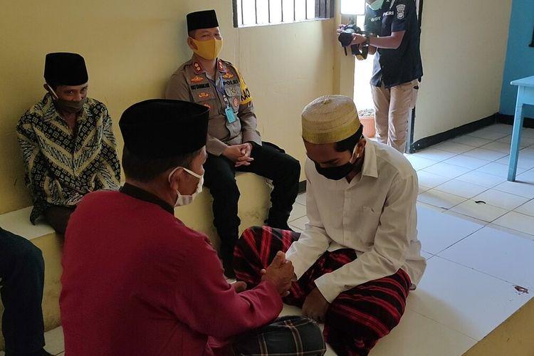 Seorang tahanan Polres Baubau, Sulawesi Tenggara, inisial A melakukan pernikahan di ruang besuk  tahanan mapolres Baubau, Sabtu (23/5/2020) siang. Pernikahan tersebut selain disaksikan langsung beberapa orang keluarga kedua mempelai juga disaksikan langsung Kapolres Baubau, AKBP Zainal Rio Candra Tangkari.