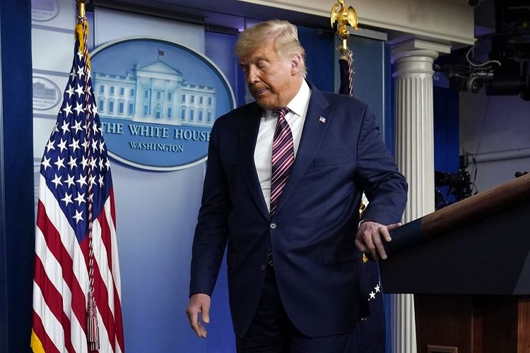 Presiden Donald Trump meninggalkan podium usai berpidato di Gedung Putih, Kamis, 5 November 2020, di Washington.