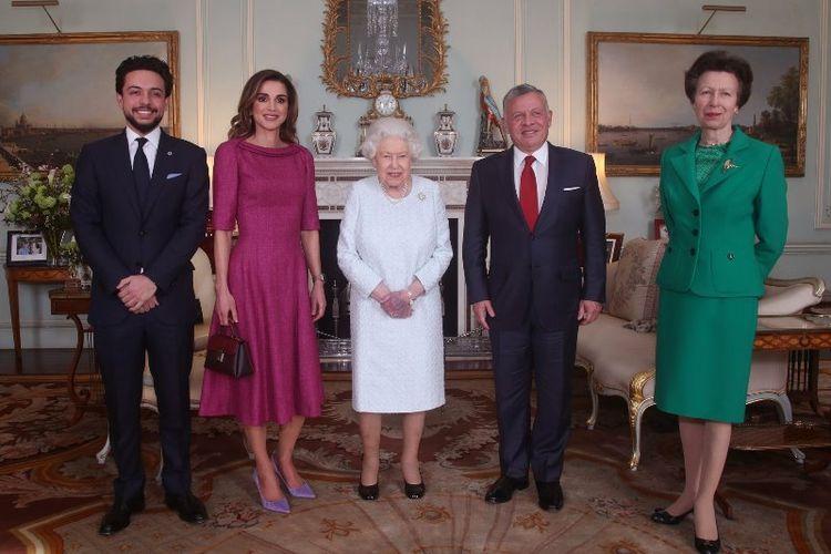 Ratu Elizabeth II (tengah) berfoto bersama Raja Yordania Abdullah II, Ratu Rania, dan Putra Mahkota Yordania Hussein, ditemani Putri Anne (kanan) di Istana Buckingham, Kamis (28/2/2019). (Twiiter/The Royal Family)