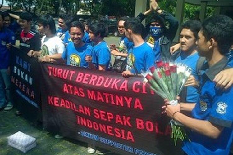 Sebanyak 30 orang suporter Persib Bandung (bobotoh) mengatasnamakan Viking Kampus se- Bandung Raya, melakukan aksi simpatik dengan membagi-bagikan 33 bunga mawar kepada pengguna mobil berplat B, Kamis (27/6/2013).