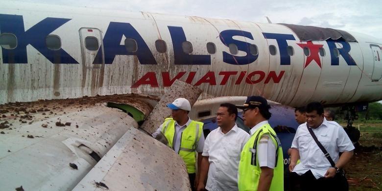 Ketua Komisi V DPR Ri Fari Djemi Francis (tengah) dan Kepala Otoritas Bandara Wilayah IV, Yusfandri  Gona (kiri bertopi) sedang meninjau pesawat Kalstar yang tergelincir keluar landasan pacu Bandara El tari Kupang
