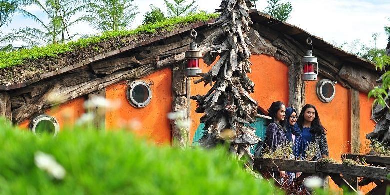 Pengunjung Farm House berfoto di depan rumah Hobbit yang ada di area Petting Zoo, Selasa (22/12/2015).