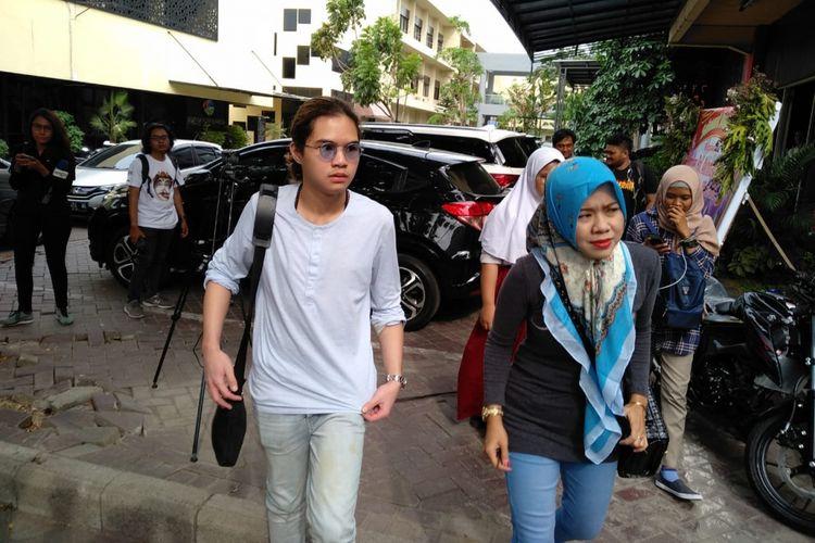 Dul Jaelani (kiri) menemani ayahnya di Mapolda Jatim, Surabaya, Senin (12/11/2018)