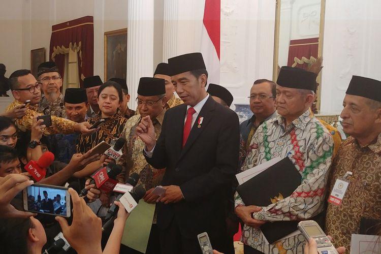 Presiden Joko Widodo bersama pimpinan ormas mengumumkan Perpres 87 Tahun 2017 tentang Penguatan Pendidikan Karakter di Istana Merdeka, Jakarta, Rabu (6/9/2017).