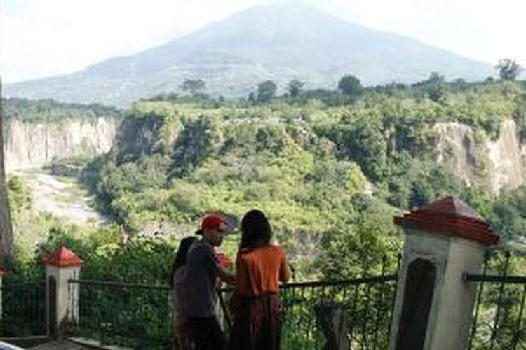 Wisatawan domestik melihat keindahan Ngarai Sianok di Bukittinggi, Sumatera Barat.