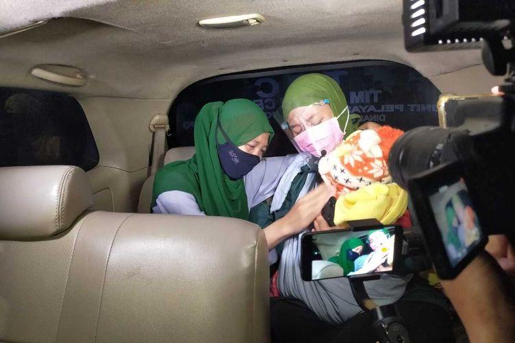 Tangis haru saudara kembar Trena-Treni akhirnya bisa pertama kali bertemu setelah 20 tahun berpisah dan selama masa hidupnya berpisah di belakang jok mobil Dinas Sosial yang menjemput di Parkiran Stasiun Tasikmalaya, Kamis (22/10/2020) dini hari.