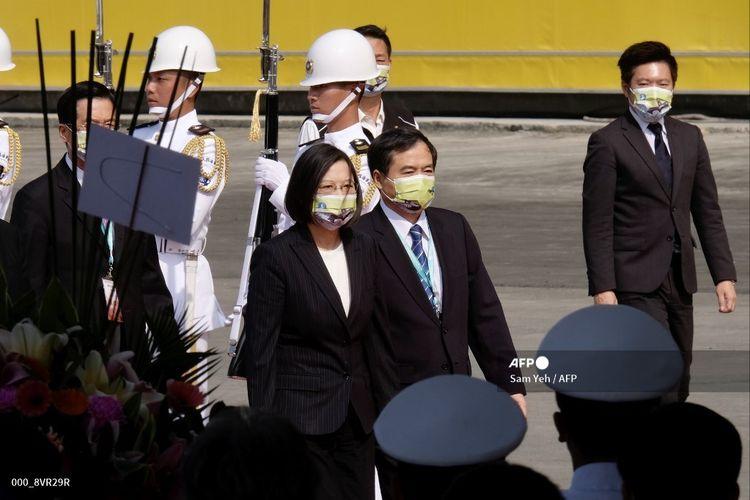 Presiden Taiwan Tsai Ing-wen (tengah) dikawal oleh Ketua CSBC Cheng Wen-lung saat upacara dimulainya produksi kapal selam di Kaohsiung pada Selasa, 24 November 2020.