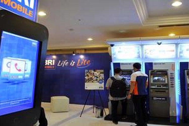 Gerai Bank Rakyat Indonesia di arena pameran di Jakarta, Rabu (31/10/2012).