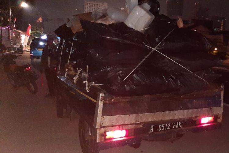Suku Dinas Lingkungan Hidup Jakarta Selatan menindak pengemudi mobil pickup yang baknya tidak dilengkapi terpal atau jaring. Penindakan itu dilakukan lantaran ditemukannya sampah di Jalan Layang Non Tol Antasari, Jakarta Selatan.