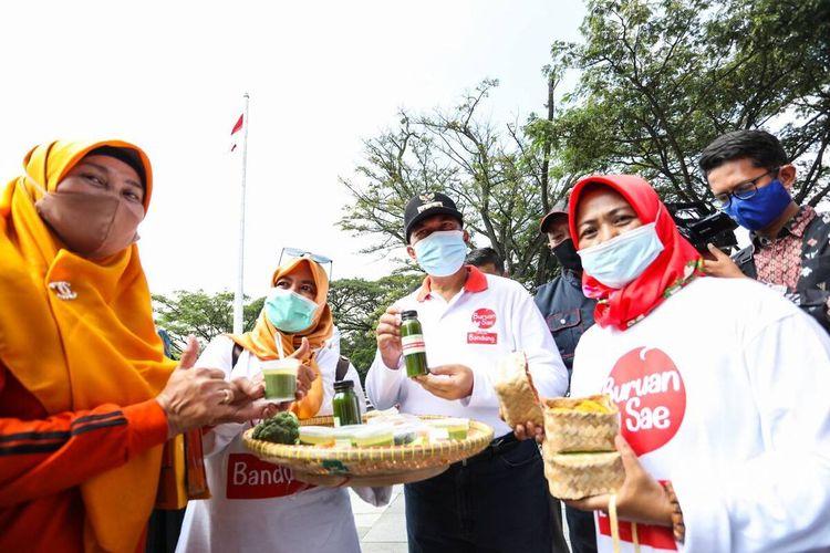 Wali Kota Bandung Oded M Danial tengah mencicipi inovasi makanan hasil pertanian urban farming program Buruan Sae, Jumat (9/4/2021).