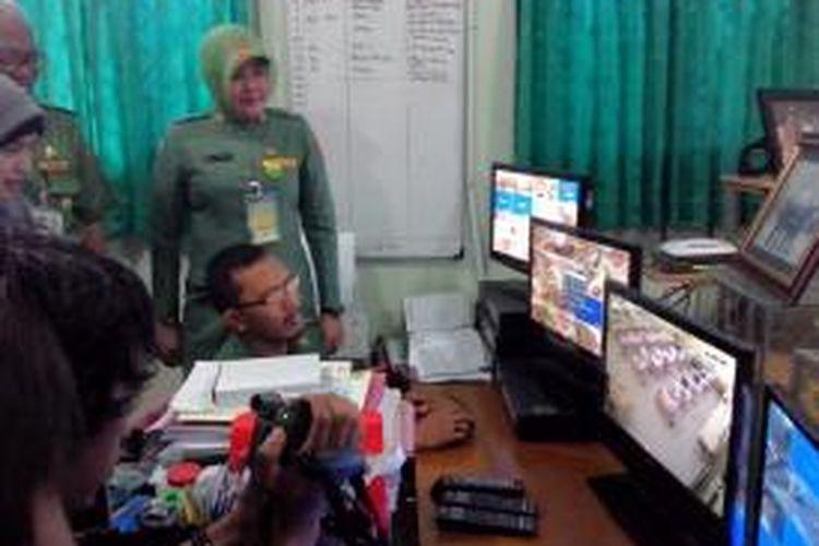 Kepala Sekolah SMA 2 Bekasi sedang menunjukan pemantauan UN di ruangannya