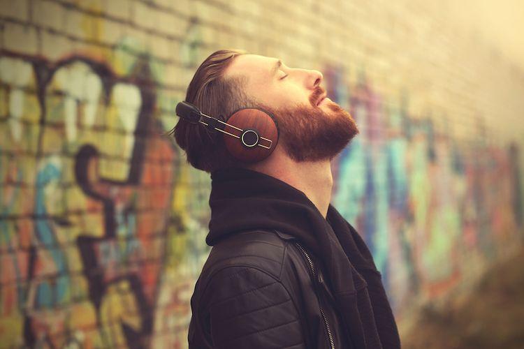 Illustrasi orang mendengarkan musik di jalan