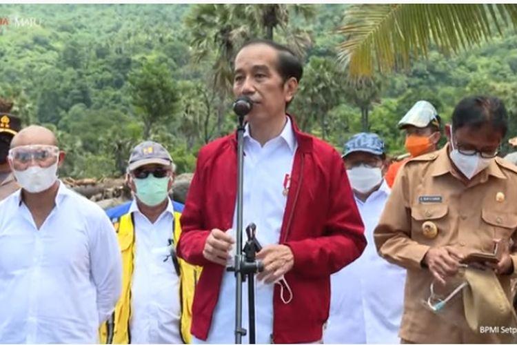 Presiden Joko Widodo (Jokowi) mendatangi lokasi bencana banjir bandang di Desa Amakaka, Kabupaten Lembata, NTT, Jumat (9/4/2021).