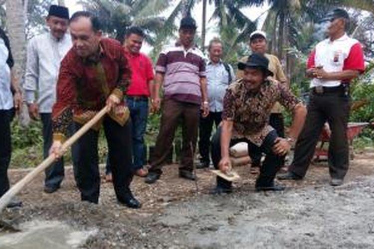 Direktur Pemberdayaan Masyarakat Desa Kementerian Desa PDT dan Transmigrasi Eko Sri Haryanto (berbaju batik dan bertopi) bersama Sekda Padang Pariaman Jonpriadi menandai dimulainya pembangunan infrastruktur jalan desa di Nagari Pakandangan, Padang Pariaman Sumatera Barat, Sabtu (10/10/2015).