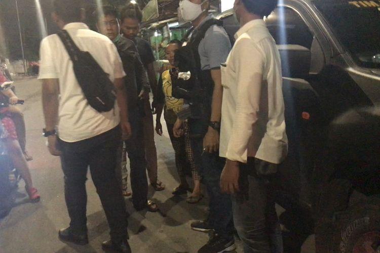 Polisi mengamankan seorang perempuan yang diduga terlibat tawuran di kawasan Manggarai, Jakarta Selatan pada Senin (18/1/2021) malam.