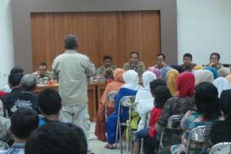 Pemerintah Kota Jakarta Timur melakukan sosialisasi terhadap warga Bidaracina terkait pengerjaan proyek sodetan Ciliwung-KBT, Rabu (16/9/2015). Dalam sosialisasi yang dilakukan di Kantor Camat Jatinegara tersebut, warga diberitahu awal November 2015 nanti proyek sodetan di sisi inlet harus dimulai.