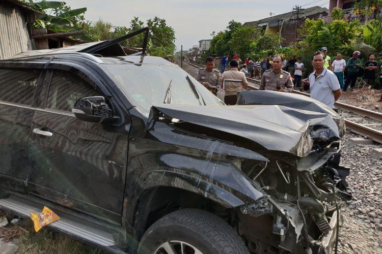 Mobil Pajero yang terlibat kecelakaan dengan KA Sritanjung di Surabaya, Minggu (21/10/2018)