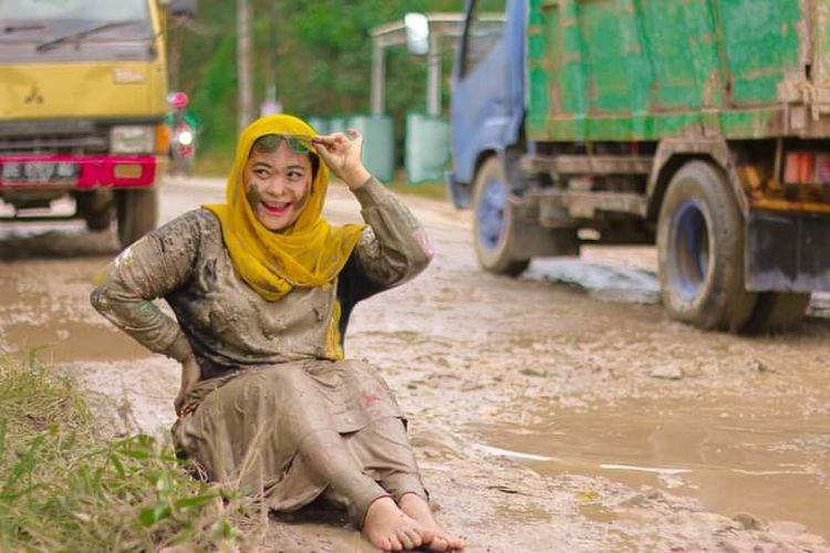 Foto aksi menyindir jalan rusak oleh warga Tanjung Bintang.